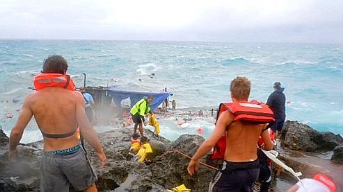 Des sauveteurs essayent de venir en aide aux naufragés mercredi à Christmas Island.