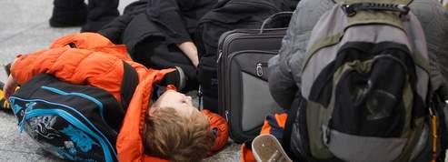 Des milliers de passagers coincés dans les aéroports
