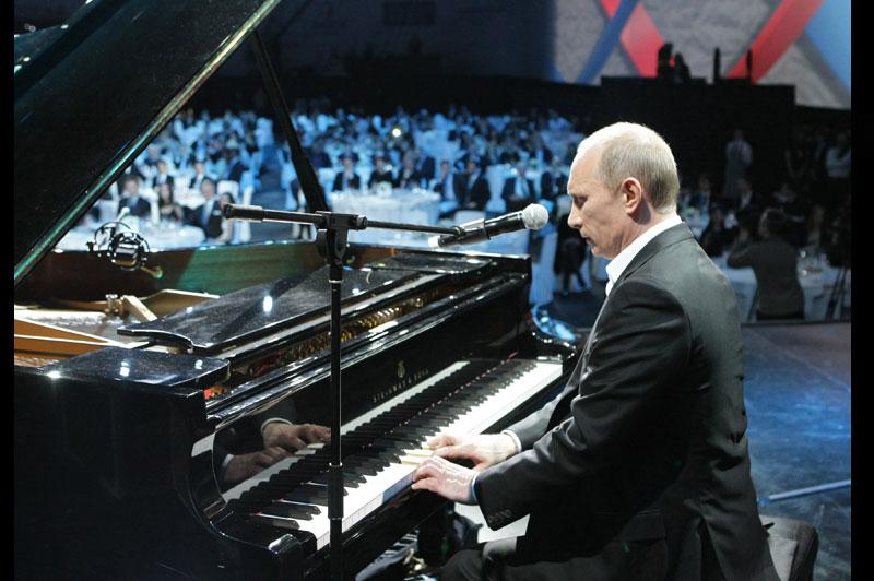 Pilote de bombardier d'eau, d'avion de chasse, de Formule 1, Sibérien viril, cavalier, biker...On aura vu le Premier ministre russe dans de nombreux costumes. Il lui manquait celui de pianiste virtuose. C'est aujourd'hui chose faite. Le 10 décembre dernier, Vladimir Poutine s'est donc essayé au piano à Saint-Pétersbourg, à l'occasion d'un concert de charité destiné à récolter des fonds pour les enfants atteints de maladies oculaires et de cancers. Deux jours plus tard, Poutine a retrouvé ses fondamentaux : une parka avec un col en fourrure, parfaite pour visiter l'Alexandre Nevski, le nouveau sous-marin nucléaire qui sera livré l'année prochaine à la marine russe.