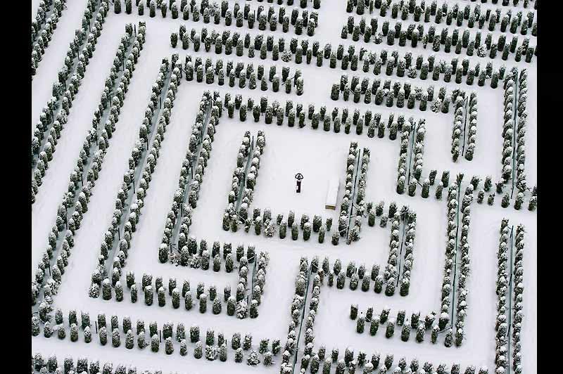 Dans la lumière froide de l'hiver, souligné au trait par la neige qui est tombée sur l'Allemagne, le labyrinthe du parc à thème de Teichland, au nord-est du pays, livre ainsi presque tous ses secrets. Jusqu'au XVIe siècle, les labyrinthes se trouvaient le plus souvent dans des édifices religieux, à l'image de celui de la cathédrale de Chartres, par exemple, que certains interprètent comme un symbole des méandres de la réflexion spirituelle. Puis, au cours des siècles suivants, des centaines de labyrinthes, végétaux pour la plupart, ont été installés dans des jardins de nombreux pays d'Europe. Une vision plus ludique du mythe grec original et du Minotaure.