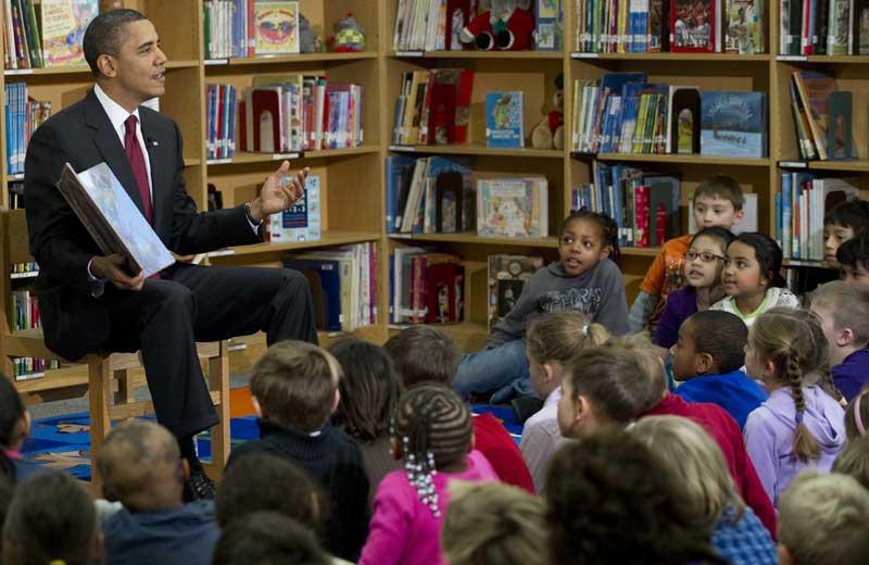 Barack Obama a effectué une visite surprise dans une école primaire d'Arlington, dans la banlieue sud de Washington, pour faire la lecture de son récent livre pour la jeunesse <i>Of thee I sing</i> à des élèves de sept ans, le 17 décembre.