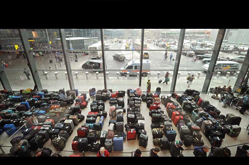 Des centaines de bagages, appartenant à autant de passagers, s'alignent à l'aéroport d'Heathrow, lundi 20 décembre. La neige et les températures glaciales continuent de perturber très fortement le ciel européen, à quelques jours des fêtes de fin d'année.