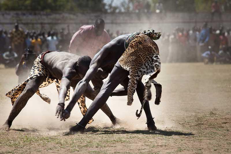 Ces deux hommes combattent lors de la finale du championnat de lutte traditionnelle du Sud-Soudan, qui s'est déroulée samedi 18 décembre, au stade de Juba. Cependant, la compétition a été écourtée car les deux équipes n'ont pas réussi à s'entendre sur un point de règlement.