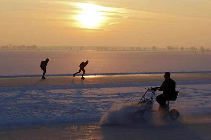Lundi 20 décembre, sur le lac gelé de Belterwiede à Wanneperveen au nord des Pays-Bas, des personnes s'entrainent pour le prochain marathon.