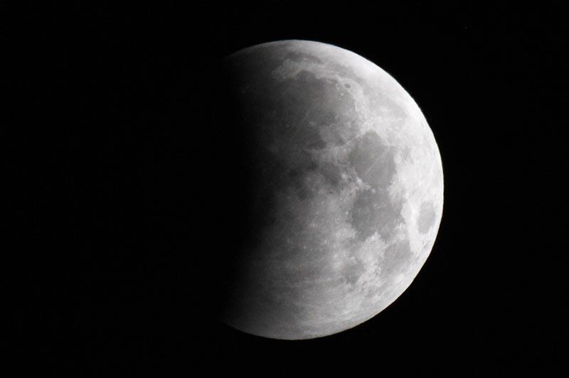 Visible, entre autres, depuis Edimbourg, Soleil, Terre et Lune se sont tous trois donnés rendez-vous sur le même axe mardi 21 décembre pour une éclipse lunaire. Le ciel était alors orné d'une étonnante boule de Noël !