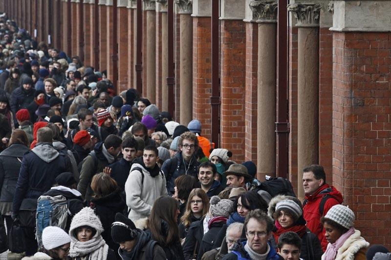 Plus de 24 heures après l'épisode neigeux qui a semé la pagaille dans les transports, des milliers de passagers en attente d'un train Eurostar faisaient à nouveau la queue tôt mardi matin devant la gare de Saint Pancras, à Londres.