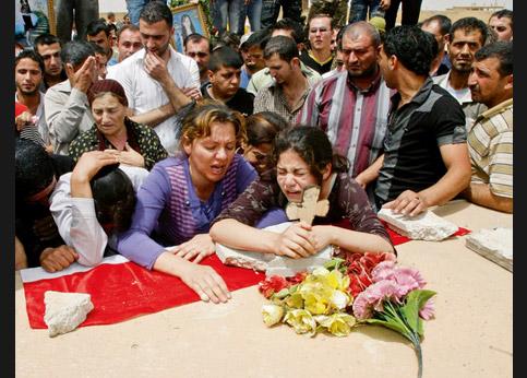 <strong>Pleurer.</strong> À Mossoul en Irak, enterrement d'un étudiant mort de ses blessure, après un attentat qui a touché 100 chrétiens.