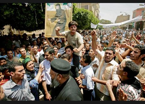 <strong>Protester.</strong> À Minya, à 400 kilomètres au sud de Caire, émotion chez les coptes à l'issue d'affrontements avec les musulmans.