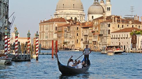 Venise, qui accueille environ 20 millions de touristes par an, pourrait bientôt mettre en place une taxe journalière d'un euro pour les touristes étrangers. Crédit photo : Flickr/dalbera