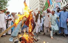 À Karachi, des islamistes ont manifesté pour approuver le verdict en brûlant une effigie du gouverneur de la province du Pendjab qui avait demandé la grâce d'Asia Bibi.