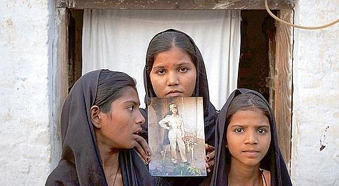 La famille d'Asia Bibi (trois de ses cinq enfants) attend dans l'angoisse. À Rome, le pape Benoît XVI a fait part de son émotion, demandant la libération de la mère de famille.