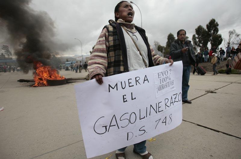 Le président bolivien, Evo Morales, est confronté à la plus grande vague de manifestations depuis son arrivée au pouvoir en 2006, suite à la décision du gouvernement de supprimer les subventions de l'Etat sur prix des carburants, provoquant des hausses de 73% à 83% à la pompe.