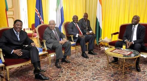 Les présidents du Bénin, Boni Yayi, du Cap-Vert, Pedro Pires, et de la Sierra Leone, Ernest Koroma (de gauche à droite), mardi à Abidjan avec Laurent Gbagbo (a droite).