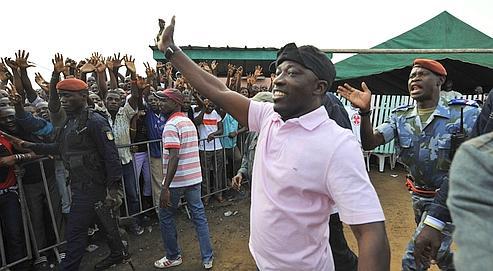 Charles Blé Goudé salue la foule, mercredi à Abidjan. En 2004, c'est lui qui avait appelé aux manifestations hostiles aux étrangers en général et aux Français en particulier.