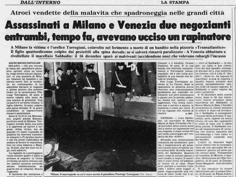 Au printemps 1993, la cour d'assises de Milan condamne Battisti à la réclusion à perpétuité pour ces quatre ''homicides aggravés'': celui d'un gardien de prison en juin 1978 à Udine, celui d'un agent de police en avril 1979 à Milan, celui d'un militant néo-fasciste le 16 février 1979 à Mestre et pour complicité dans l'assassinat, le même jour, à Milan, du bijoutier <i>(photo de la scène du crime)</i>. Il ne peut bénéficier dun autre procès : sil remet un pied dans la péninsule, il sera automatiquement emprisonné