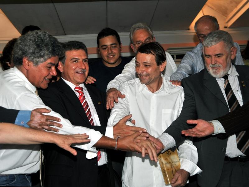 Au Brésil, plusieurs dirigeants du Parti des travailleurs, la formation du président Lula, sont touchés par Battisti, persuadé que dès «son retour en Italie, il sera un homme mort». Le ministre de la Justice, Tarso Genro, ex-membre d'une organisation d'extrême gauche engagée contre la dictature militaire, lui accorde en janvier 2009 - contre l'avis du Comité national des réfugiés  le statut de réfugié politique. <br><p>L'Italie proteste et demande à la Cour suprême d'annuler lacte. Après un vote serré, linstitution estime que les crimes reprochés à Battisti <i>(ici lors d'une entrevue avec des parlementaires brésiliens en 2009) </i>relèvent du droit commun et nont pas de caractère politique. La Cour autorise l'extradition mais laisse le dernier mot au président Luiz Inacio Lula da Silva.