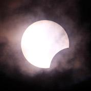 Le Soleil en partie éclipsé par la Lune