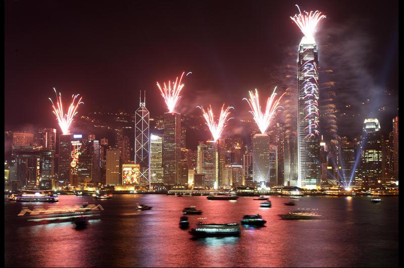 Les célébrations de la nouvelle année ont été marquées par de spectaculaires feux d'artifices partout dans le monde, comme ici au port de Hong Kong.