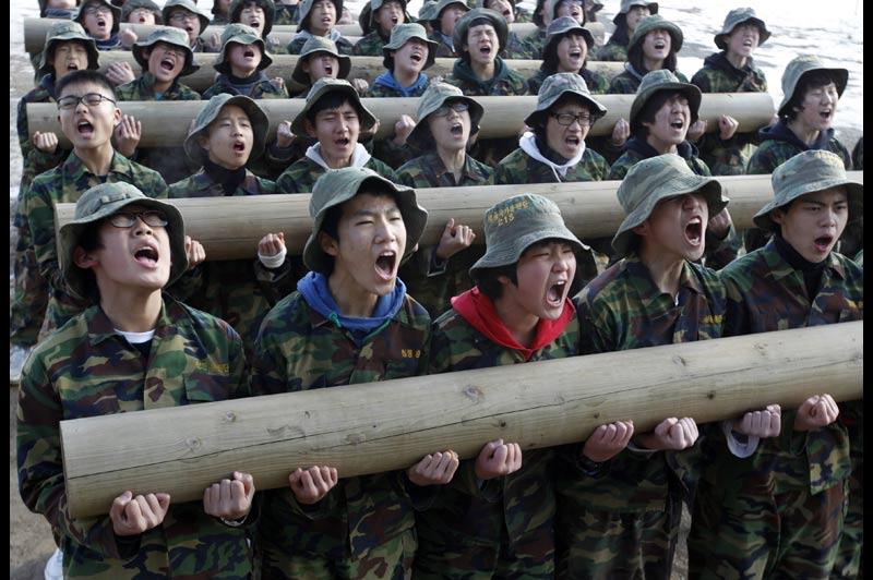 Jeudi 6 janvier, ces écoliers suivent une formation dans un camp militaire d'hiver destiné aux civils, près d'Ansan, à quarante kilomètres au sud-ouest de Séoul, en Corée du Sud. Ce stage, dirigé par des marines retraités, dure entre quatre et quatorze jours.