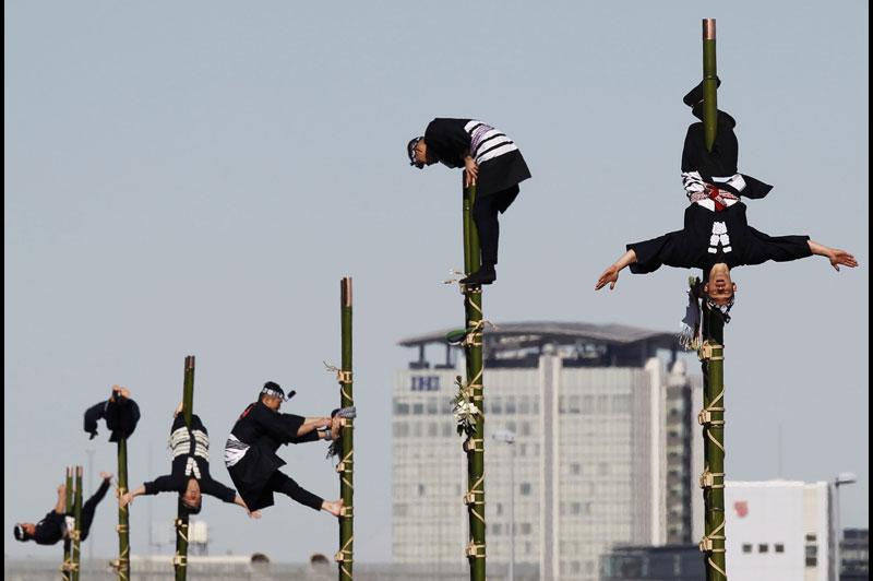 Comme chaque année, le 6 janvier, les pompiers de Tokyo célèbrent <i>dezomeshik</i>, la parade du nouvel an, pour une année sans malheur. Vêtus comme à l'époque d'Edo (18e - 19e siècles), ils se livrent à de véritables voltiges sur des échelles en bambous.