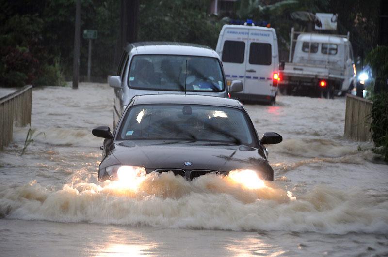 Des pluies torrentielles s'abattent depuis deux jours dans la région des Abymes, en Guadeloupe, et forment de véritables torrents qui ont surpris les automobilistes au moment où la plupart d'entre eux rentraient chez eux.