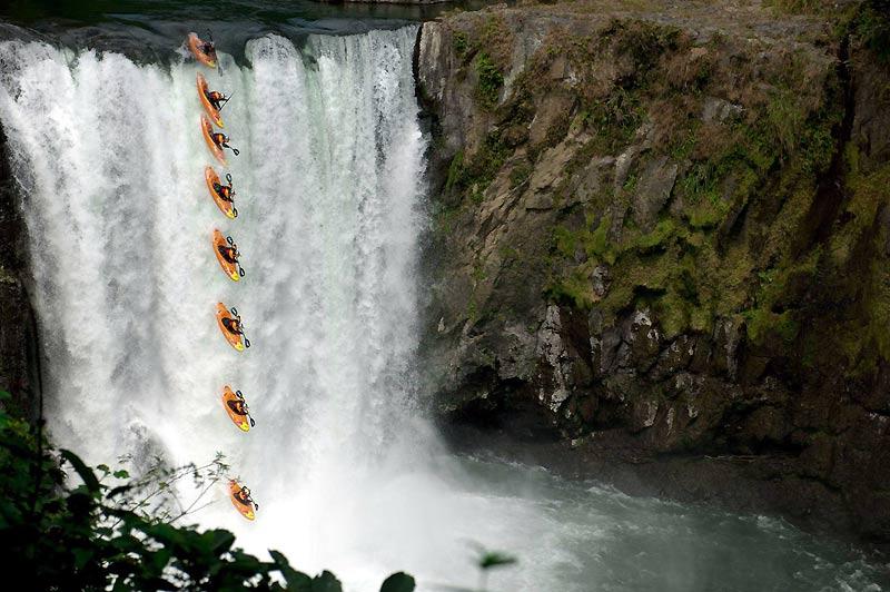 <b>TROMPE-LA-MORT.</b> Si cette image superposée a été réalisée grâce à un trucage, pour mieux montrer la séquence de la chute, l'exploit du kayakiste est, lui, bien réel. Depuis des années, Rafael Ortiz rêvait de descendre les terrifiantes chutes Big Banana, au Mexique. Une cascade très dangereuse et réputée infranchissable que cet habitué des défis extrêmes a réussi à dompter. Rafael Ortiz a découvert le kayak à Veracruz, avant de perfectionner son style très personnel au Canada. En 2005, il devient le premier Mexicain à concourir aux championnats du monde de kayak freestyle où il termine à la 22eplace. Depuis, il hante les rivières extrêmes du monde, depuis le Pakistan et l'Inde jusqu'au Costa Rica.