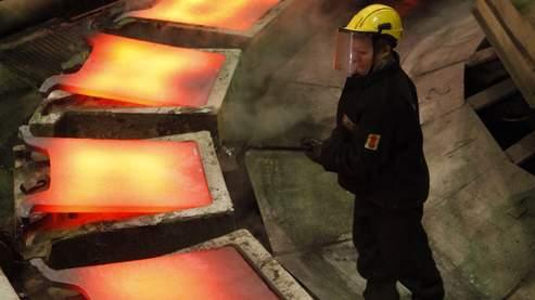 Un ouvrier manipule des métaux dans une usine de cuivre de Norilsk Nickel.