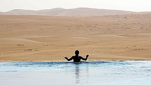 Un homme se baigne dans une piscine près d'Abu Dhabi, le 25 décembre 2010.