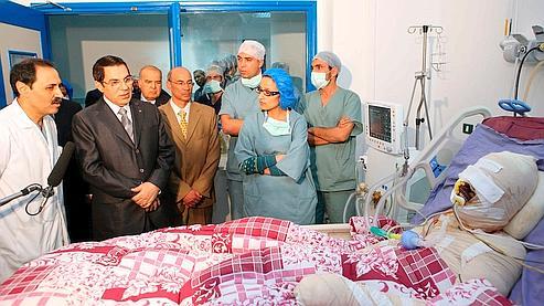 Le 28 décembre 2010, le président tunisien Ben Ali se rend au chevet de Mohamed Bouazizi, vivant mais gravement brûlé après s'etre immolé par le feu à Sidi Bouzid en Tunisie.