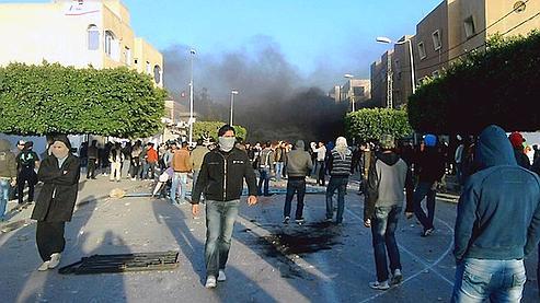Des manifestants à Sidi Bouzid, à 265 kilomètres de Tunis.
