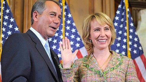 Gabrielle Giffords (D), le 5 janvier 2011, aux côtés de John Boehner.
