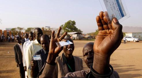 Des électeurs sud-soudanais patientent devant un bureau de vote de la ville de Juba, pour participer au référendum sur la sécession de la région. (Crédits photo: Goran Tomasevic/Reuters)