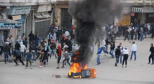 Dans les villes de province (ici Annaba, dans l'est du pays), les émeutes ont redoublé de fureur ce week-end.