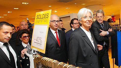 La ministre de l'Economie Christine Lagarde et le secrétaire d'Etat au Commerce Frédéric Lefebvre en visite dans les grands magasins pour donner le coup d'envoi des soldes d'hiver 2011