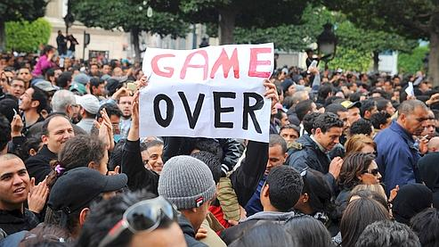 Des manifestants réclament le départ du président Ben Ali vendredi, à Tunis.