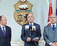 Le premier ministre tunisien (au centre) annonçant qu'il prend l'intérim de la présidence.