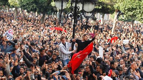 Des manifestants défilent contre Ben Ali à Tunis vendredi.