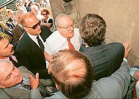 … le protège des échauffourées de la campagne de 1997 à Mantes-la-Jolie…