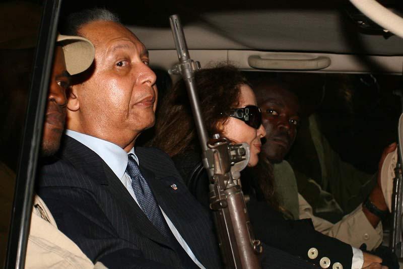 L'ancien président Jean-Claude Duvalier a effectué, dimanche 16 janvier, un retour surprise en Haïti, où il n'était pas revenu depuis vingt-quatre ans, après avoir été chassé du pouvoir par une révolte populaire. Son retour intervient trois semaines avant la fin du mandat du président sortant, René Préval.