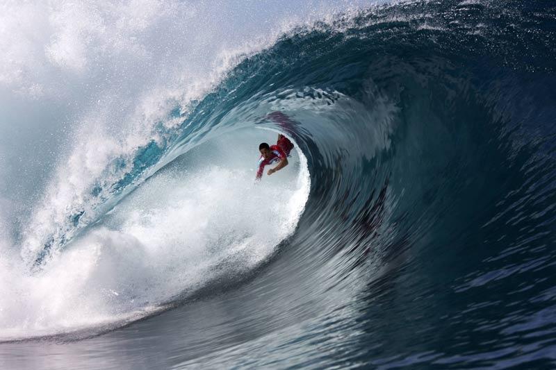 Spectaculaire image de ce surfeur, pris dans le tube de la vague. La scène se passe à Teahupoo, à Tahiti, le week-end dernier.