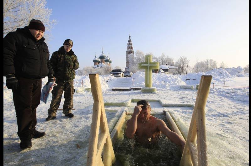 Des milliers de Russes célèbrent, mercredi 19 janvier, l'Épiphanie orthodoxe. À Velikoye, plusieurs trous ont été aménagés dans la glace pour que les fidèles puissent s'y baigner, surveillés par des secouristes et des médecins.