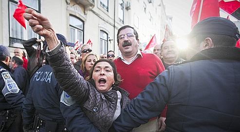 Les agents du service public ont manifesté contre la baisse des salaires de la fonction publique, mardi dernier, à Lisbonne.