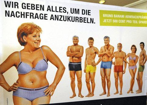 La dirigeante allemande a aussi posé à ses dépens pour une marque de sous-vêtements. Représentée aux côtés d'autres responsables politiques allemands, comme l'ex-ministre des Affaires étrangères Frank-Walter Steinmeier, elle pose en petite tenue sous le slogan 'Nous donnons tout pour redorer la croissance'.