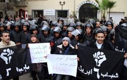 Des Égyptiens manifestent devant l'ambassade de Tunisie, en soutien aux manifestations en Tunisie.(Crédits photo:Ahmed Ali/AP)