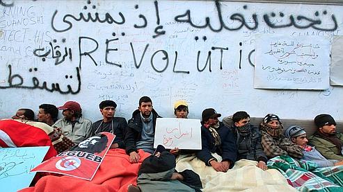 Des manifestants anti-gouvernements devant les bureaux du premier ministre tunisien, le lundi 24 janvier à Tunis.