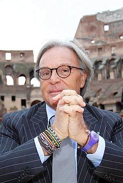 Diego Dalla Valle, président de Tod's, devant le Colisée auquel il accorde un budget de 25 millions d'euros.(T. Gentile/REUTERS)