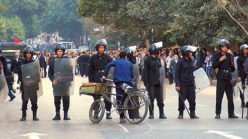 Des policiers anti-émeute égyptiens bloquent le passage aux personnes qui voudraient manifester, mercredi, dans le centre du Caire.