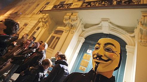 Des «Anonymous» manifestent contre une loi sur les médias en Hongrie.