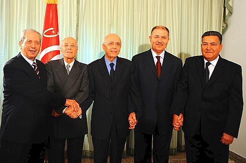 Une partie des ministres du gouvernement, jeudi, à Tunis. De gauche à droite: Mohammed Naceur (Affaires sociales), Ahmed Ounaïs (Affaires étrangères), Mohammed Ghannouchi (premier ministre), Mokhtar Jallali (Agriculture), Farhat Rajhi (Intérieur). Crédits photo: FETHI BELAID/AFP