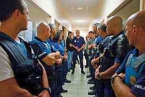Cette nuit, contrôle des bars. Cyril Alavoine (au fond), rappelle à ses hommes les consignes de sécurité. (Noël Quidu)